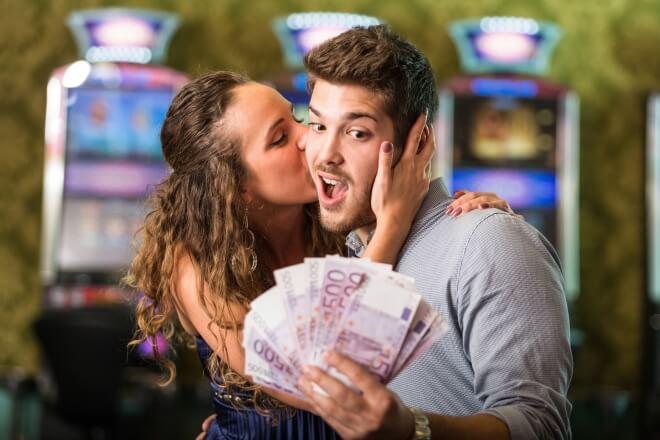 Un couple qui gagne au casino