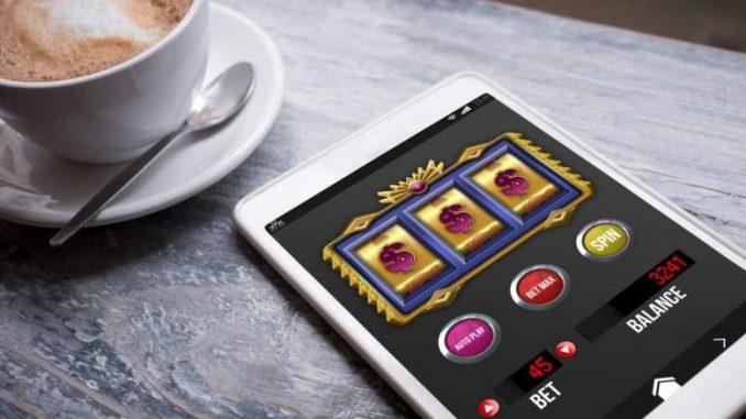 Tasse de café à côté d'un jeu de casino