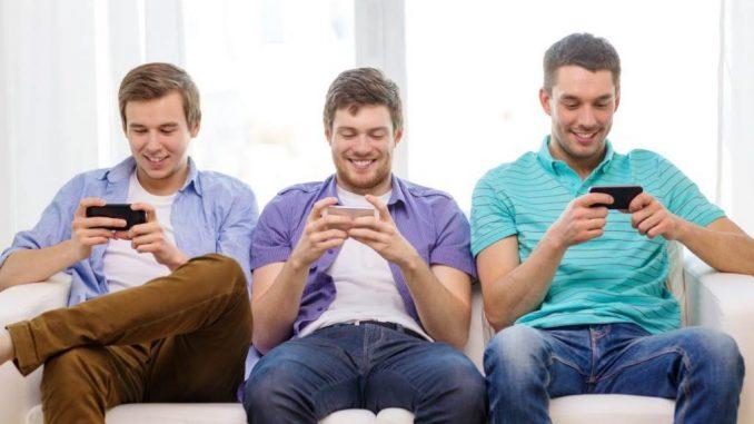 Des amis qui jouent à des jeux sur smartphone