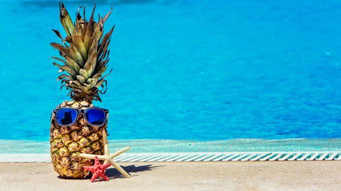 Un ananas avec des lunettes de soleil