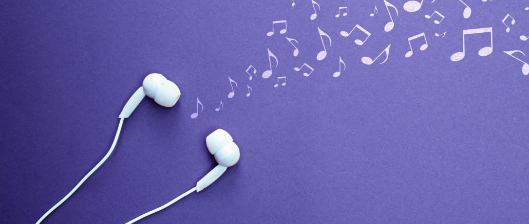 Des écouteurs et des notes de musqiue