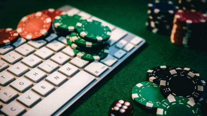 Des Jetons de casino sur un clavier