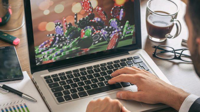 Une personne qui joue en ligne