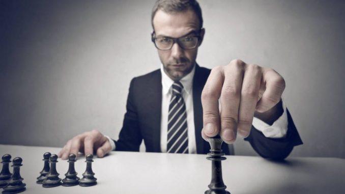 Un homme qui joue aux échecs