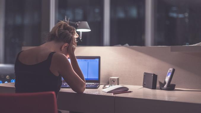 Une personne déprimée devant son ordinateur