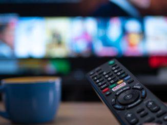 Télécommande Netflix avec TV arrière plan
