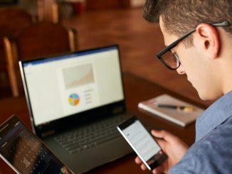 Homme avec PC, téléphone et Tablette