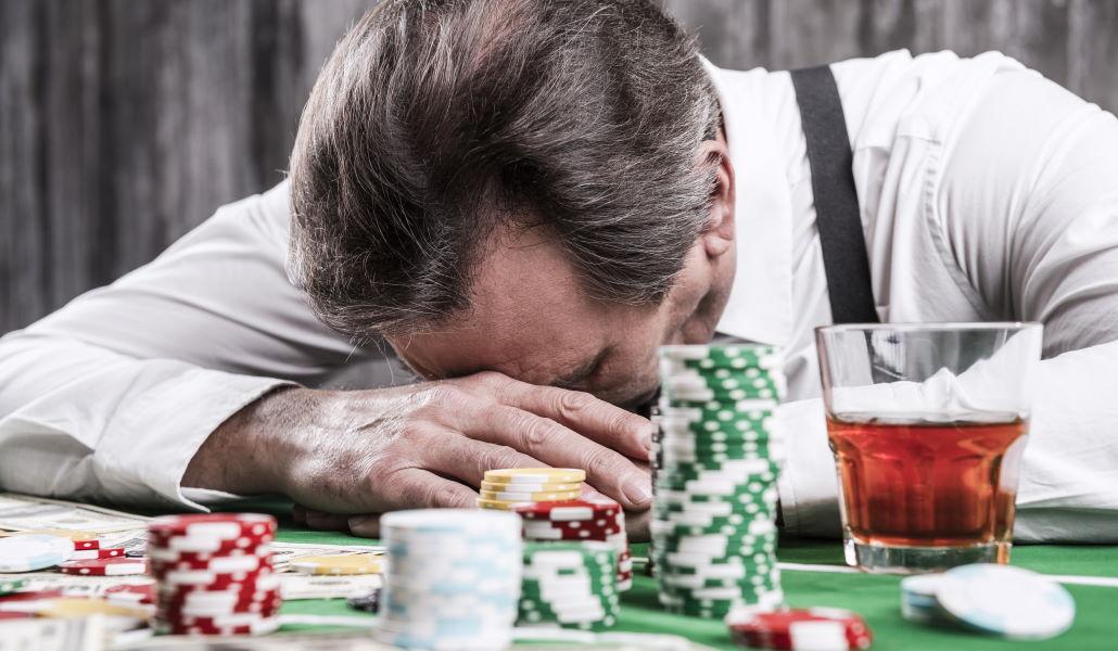 Un homme déprimé qui joue au poker